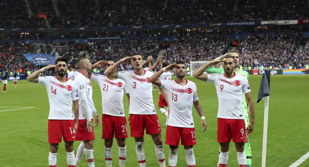 Le salut militaire effectué par l'équipe turque lors du match d'éliminatoires France-Turquie