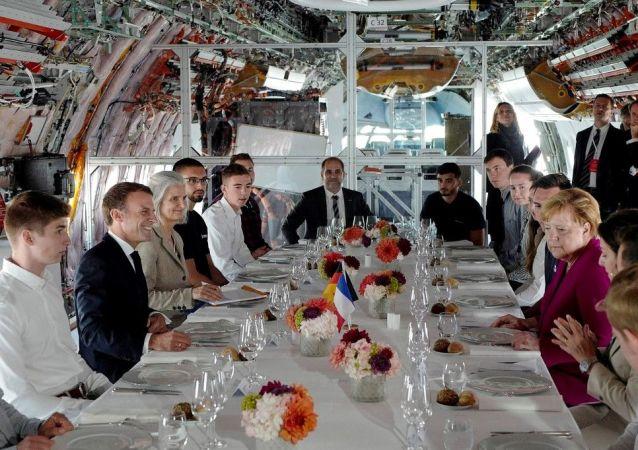 Emmanuel Macron et Angela Merkel à la chaîne de montage d'Airbus à Toulouse