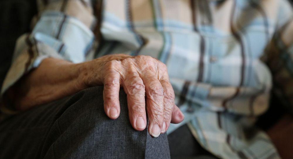 une vieille dame (image d'illustration)