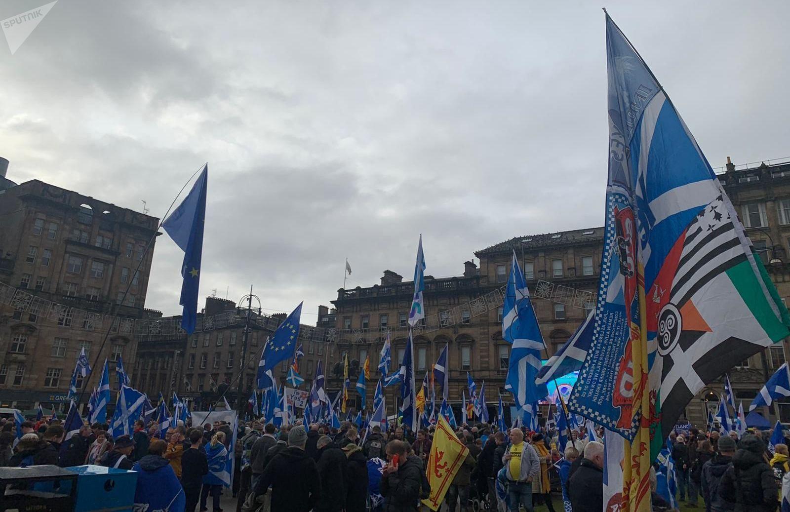 Des partisans de l'indépendance de l'Écosse manifestent à George Square à Glasgow
