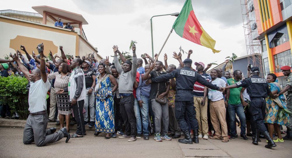 Des centaines de militants acclament Maurice Kamto à sa sortie de prison le 5 octobre 2019