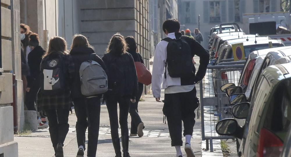 La France envisage d'accélérer la vaccination des adolescents, la Russie reste réticente à cette mesure