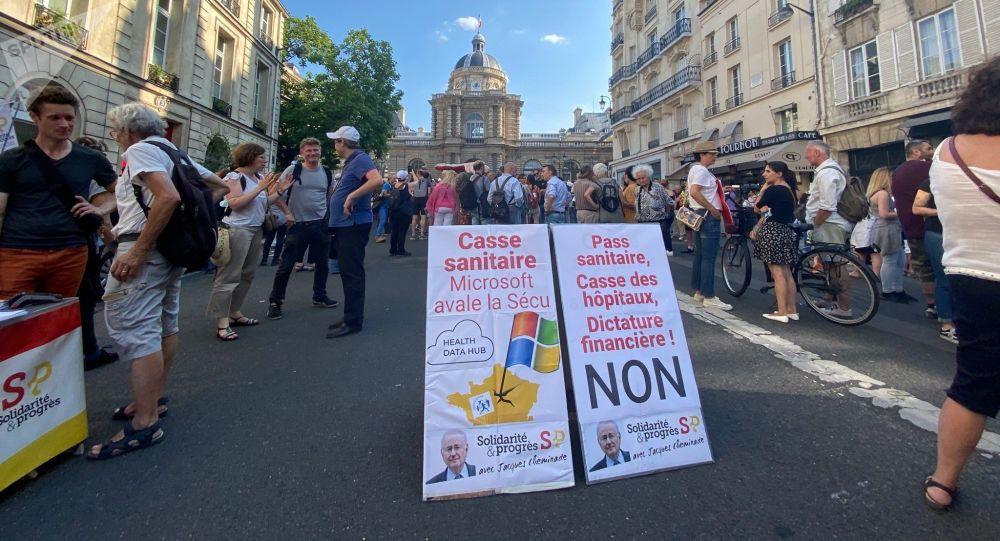 «Minorer», «caricaturer», «amalgamer», la stratégie de comm' de la Macronie face aux mobilisations anti-pass sanitaire