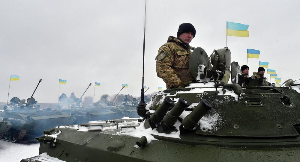 Des militaires ukrainiens sur la base militaire