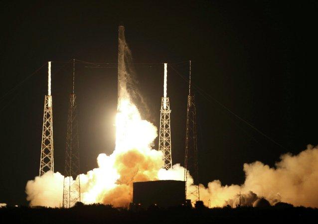 Lanceur Falcon 9 avec un cargo spatial privé Dragon
