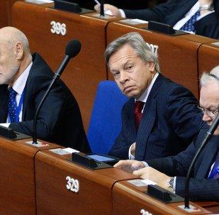 Alexeï Pouckov (au centre) à la session de l'APCE