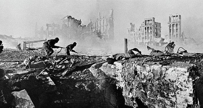 Les soldats soviétiques prennent d'assaut un immeuble