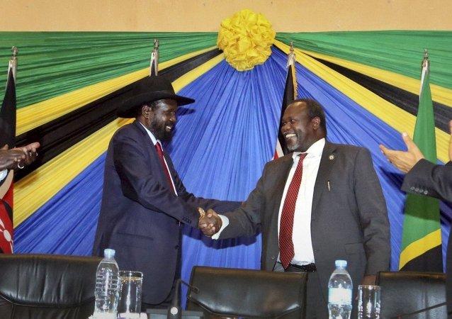 Le président sud-soudanais Salva Kiir et l'ancien vice-président Riek Machar (Archives)