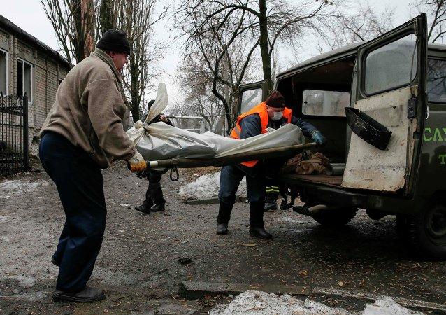 Corps d'une victime des hostilités à Donetsk