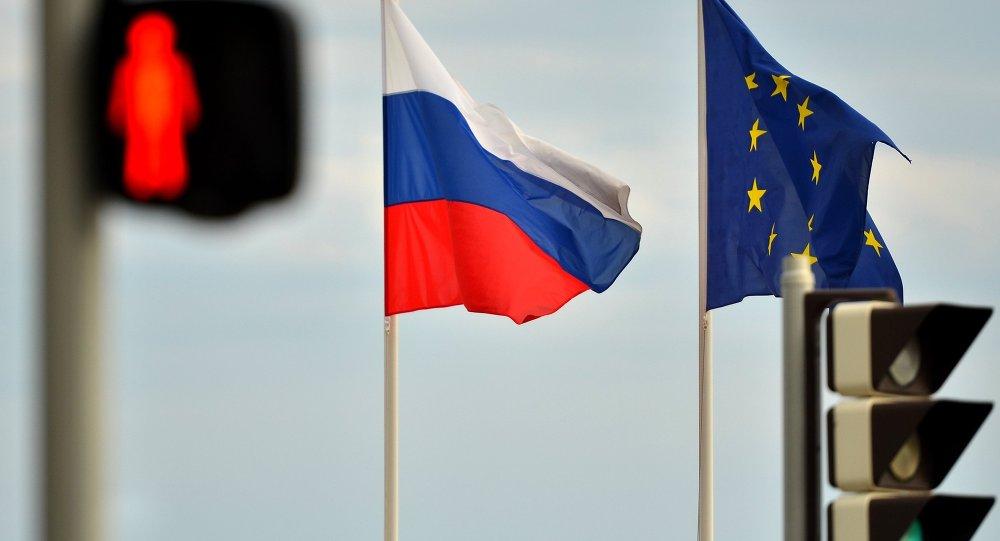 Les drapeaux de la Russie et de l'UE
