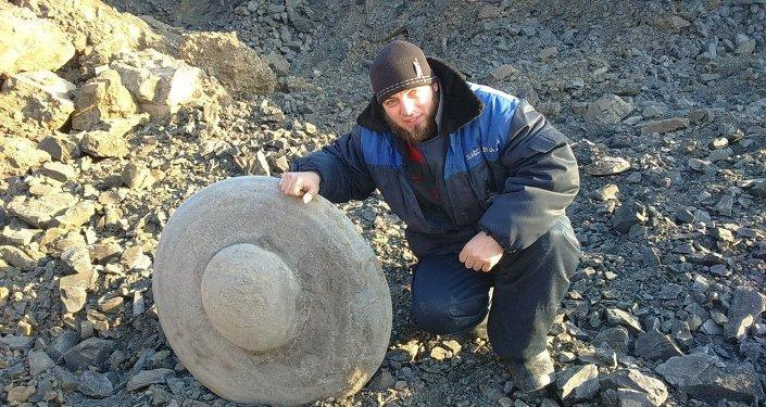 La pierre à la forme énigmatique découverte en Sibérie