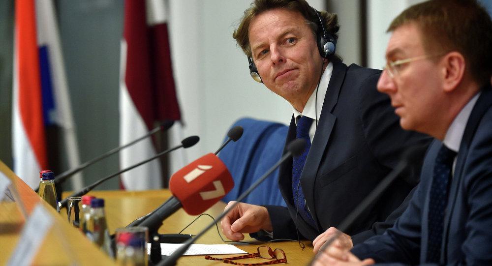 Le chef de la diplomatie néerlandaise Bert Koenders (à gauche) lors sa visite à Riga, le 3 février 2015