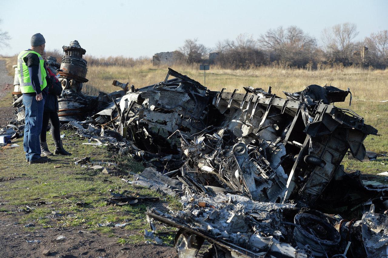 Vol MH-17: des experts néerlandais prélèvent des débris de l'avion