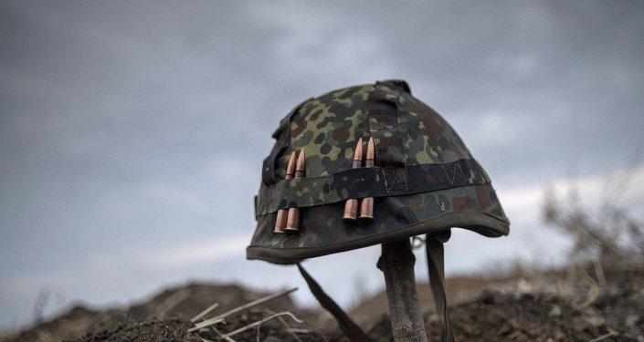 Le casque d'un des miliciens de la république populaire de Lougansk