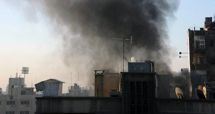 La fumée après des tirs de roquettes à Damas