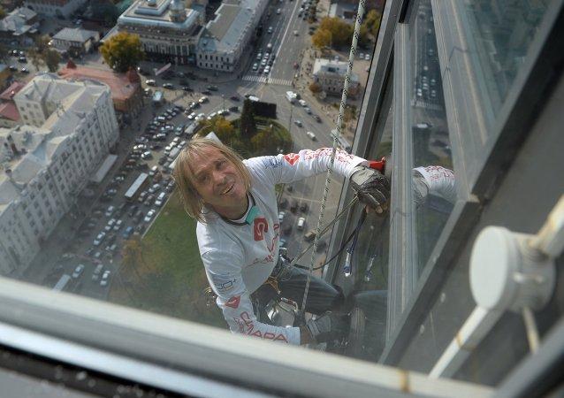 L'homme araignée gravit un gratte-ciel à Ekaterinbourg