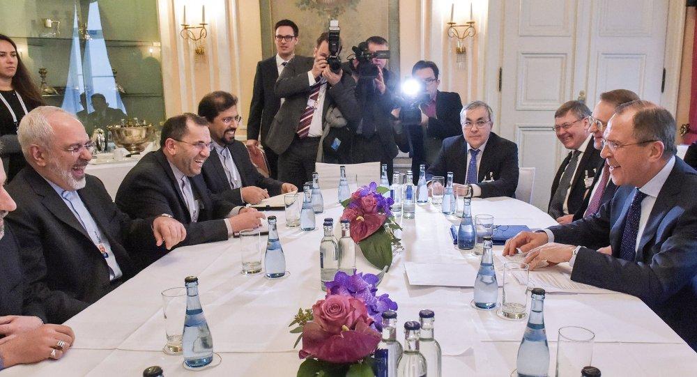Le ministre russe des Affaires étrangères Sergueï Lavrov et son homologue iranien Mohammad Javad Zarif, en marge de la 51e conférence de Munich sur la sécurité.