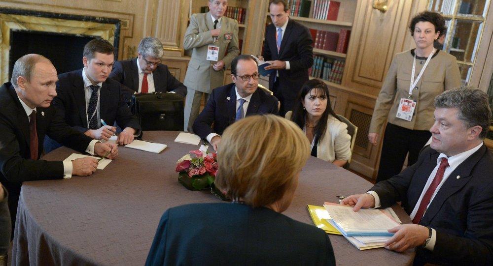 Vladimir Poutine. Piotr Porochenko, Angela Merkel et François Holland lors de la rencontre dans le format normand sur les champs du sommet du forum l'Asie-Europe