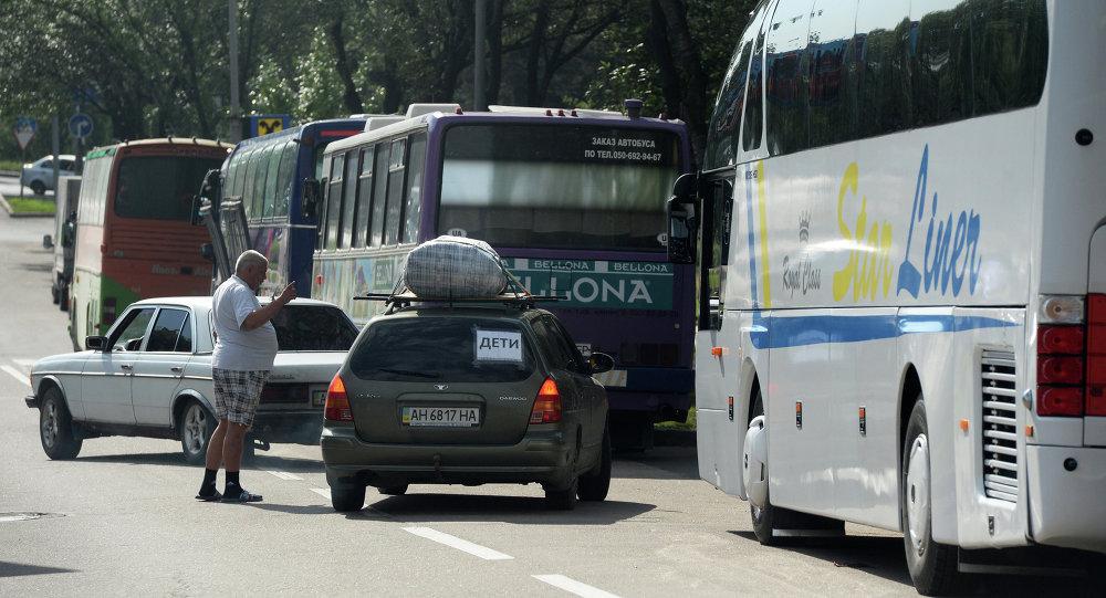 Автобусы и автомобили с беженцами, которые отправляются из Донецка в Россию