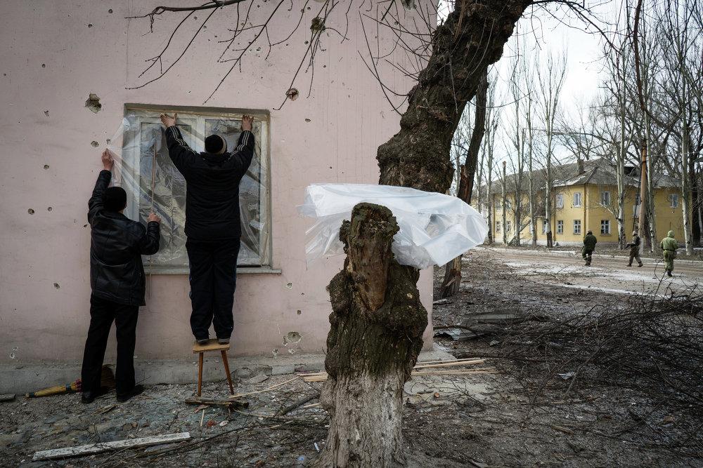 Les habitants d'Ouglegorsk essaient de restaurer leurs appartements endommagés par les tirs de l'armée ukrainienne