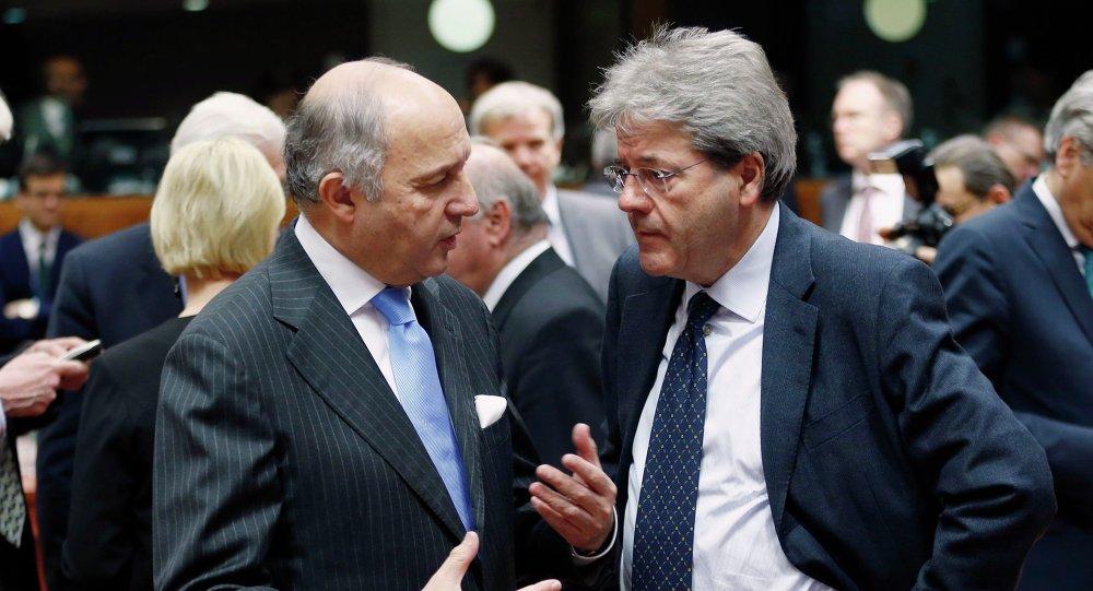 Le ministre français des Affaires étrangères Laurent Fabius (à gauche) et son collègue italien, Paolo Gentiloni