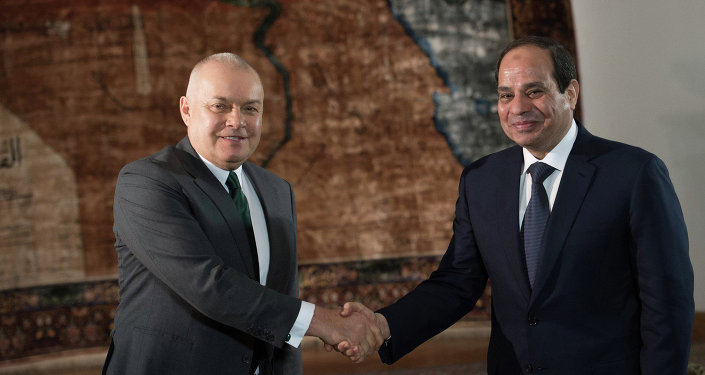 Le président égyptien Abdel Fattah al-Sissi et le directeur général de l'agence Rossiya Segodnya Dmitri Kisselev