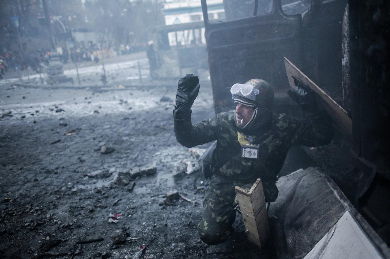 Un protestataire lors des heurts avec la police près du stade Dinamo à Kiev