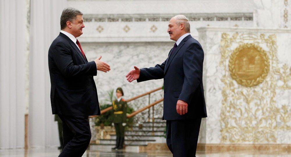 Le président ukrainien Piotr Porochenko (à gauche) et son homologue biélorusse Alexandre Loukachenko à Minsk