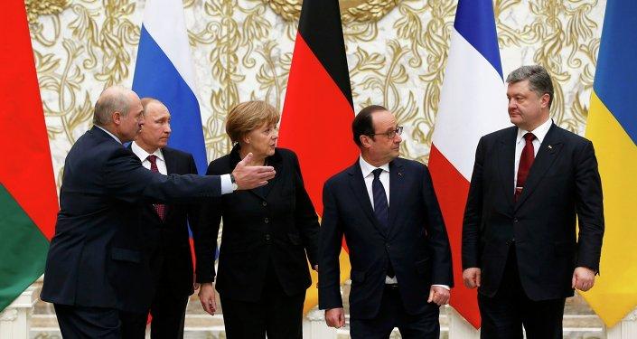 Le président biélorusse Alexandre Loukachenko, le président russe Vladimir Poutine, la chancelière allemande Angela Merkel, le président français François Hollande et le président ukrainien Piotr Porochenko avant le sommet au format Normandie