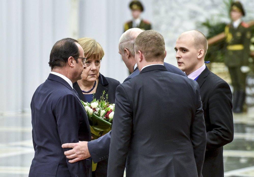 Le président français François Hollande, la chancelière allemande Angela Merkel et le président biélorusse Alexandre Loukachenko avant le début du sommet au format Normandie