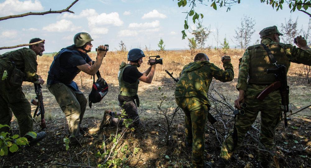 Журналисты и ополченцы на передовой позиции в окрестностях села Мариновка