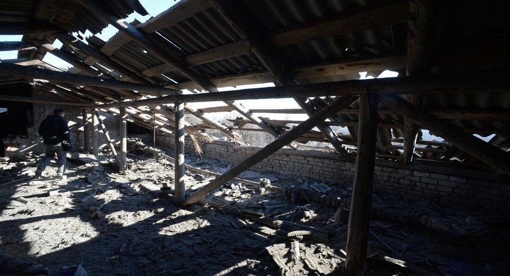 Le toit d'une école détruit à la suite d'un bombardement à Donetsk (Archives)