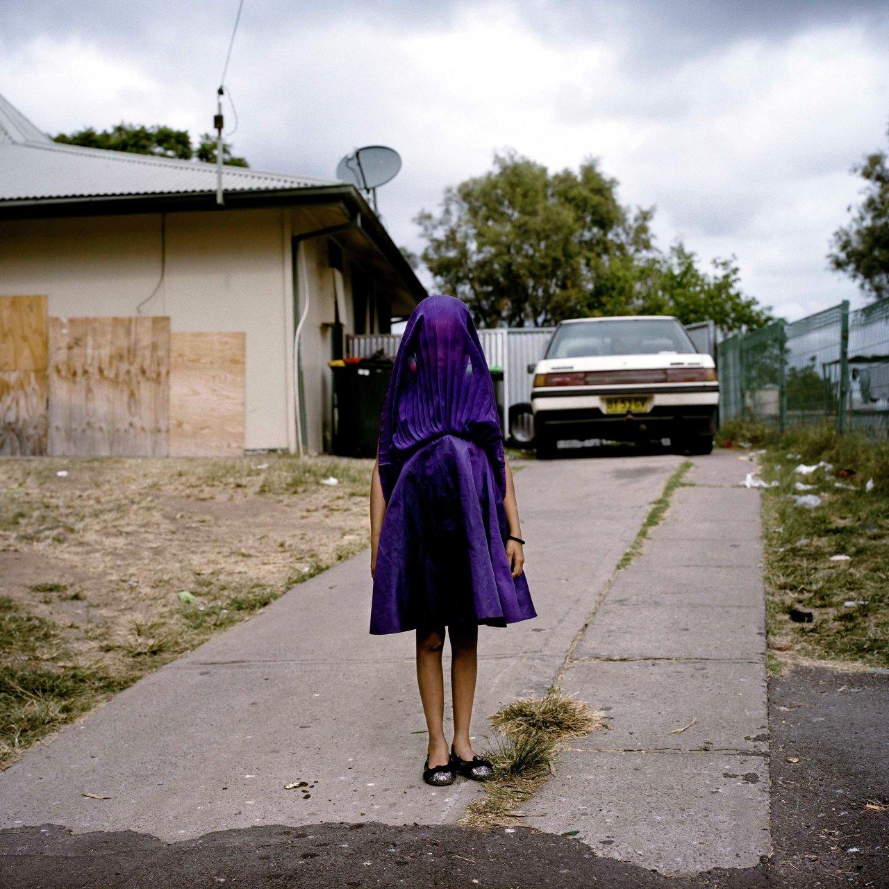 Laurinda attend le bus scolaire, qui doit l'amener à l'école du dimanche. La photographe australienne Raphaela Rosella