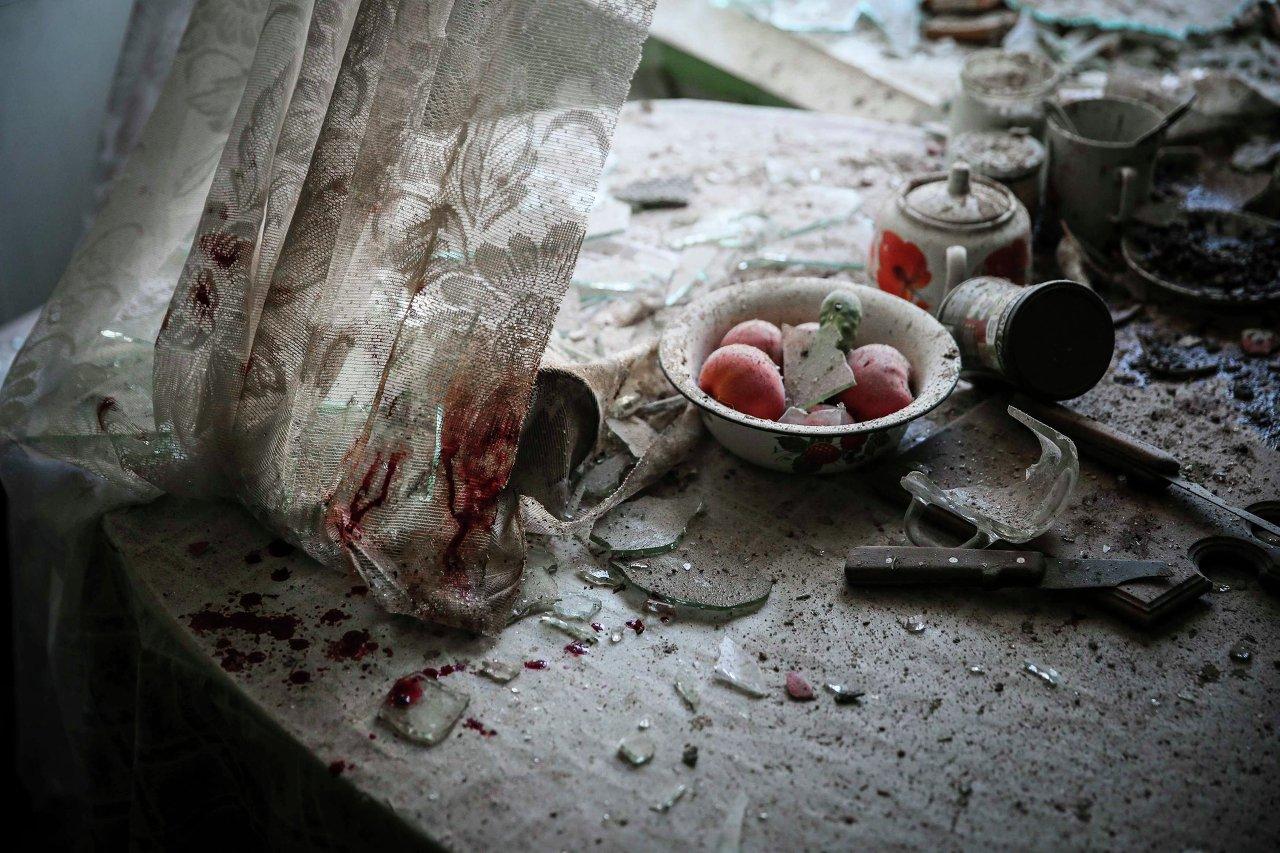 Le 26 août 2014 à Donetsk (Ukraine), traces de sang dans la cuisine d'une maison frappée par les combats dans le centre-ville. Sergueï Ilnitski