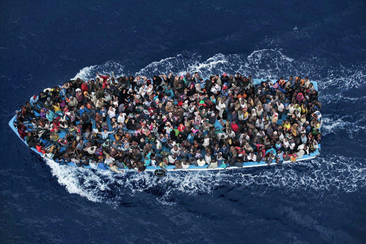 Des migrants entassés dans un bateau à 30 km de la Libye
