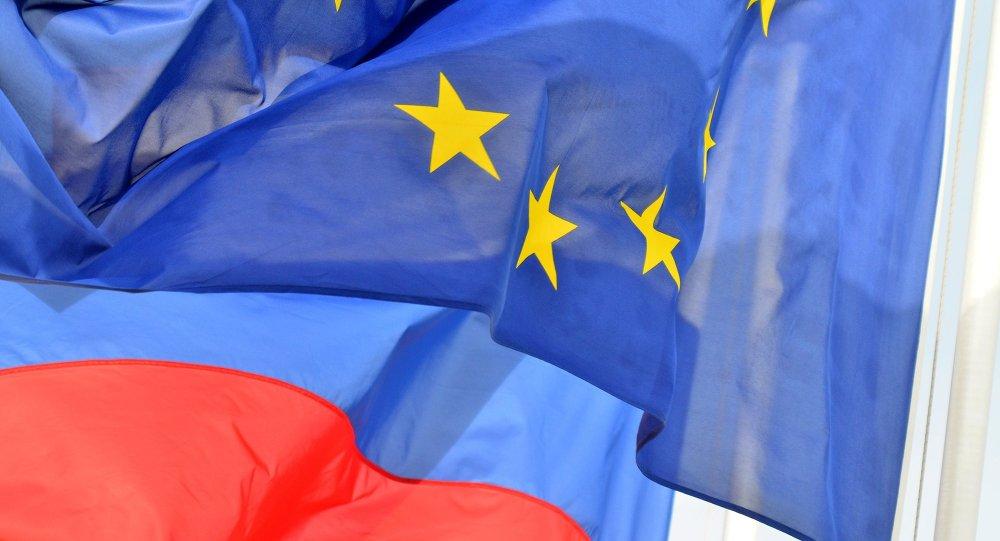 Les drapeaux de la Russie et l'UE