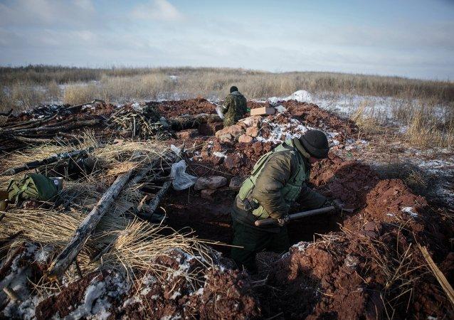 Les miliciens populaires RPD creusent les tranchées, région de Donetsk