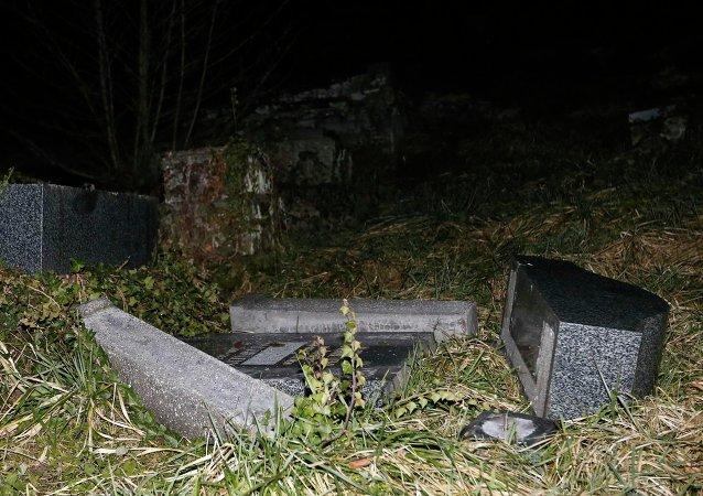 Des pierres tombales profanées au cimetière juif de Sarre-Union, dans l'est de la France, en 2015