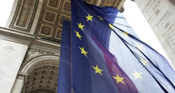 Флаги ЕС и Франции под Триумфальной аркой в Париже