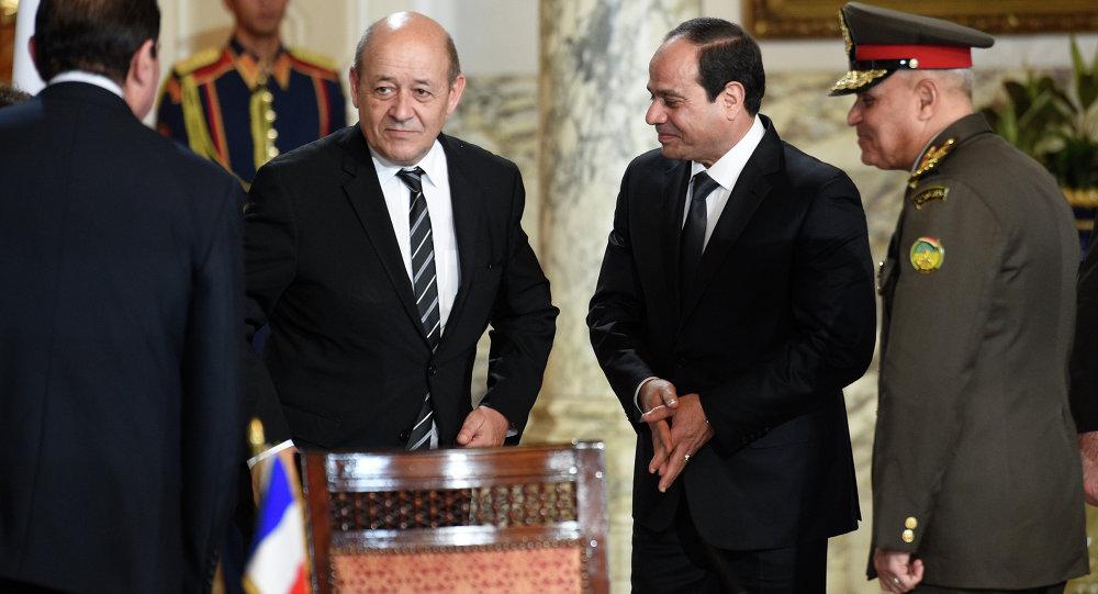 Le ministre français de la Défense Jean-Yves Le Drian et le président égyptien Abdel Fattah al-Sissi  signent  au Caire  un contrat sur les Rafale