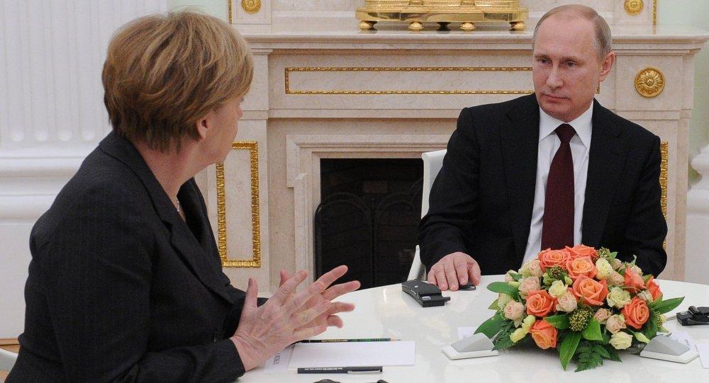 Vladimir Poutine et Angela Merkel à Moscou. Archives