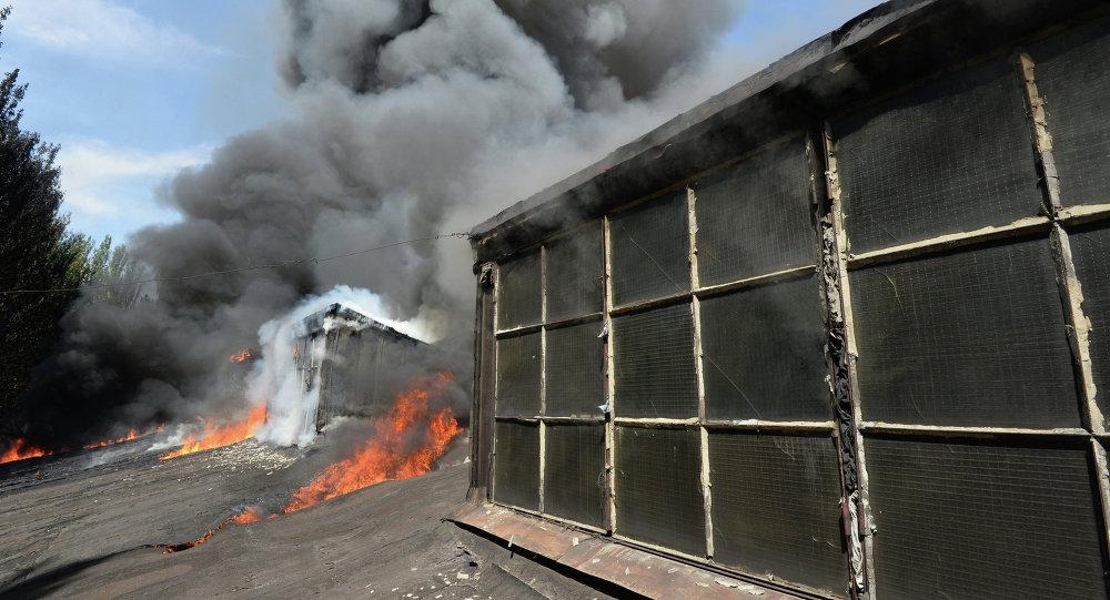 Incendie à l'usine Tochmash (Donetsk) qui a été la cible de tirs d'artillerie de l'armée ukrainienne