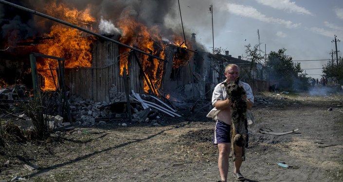 Un chien sauvé dans un incendie provoqué par une frappe aérienne ukrainienne contre le village Louganskaïa