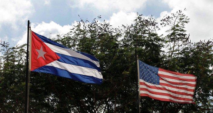 Les drapeaux cubain et américain