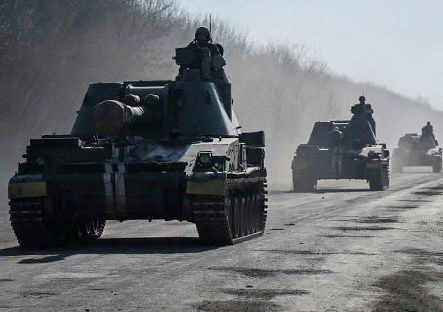 Les militaires ukrainiens montent des obusiers automoteurs près d'Artemivsk le 21 février 2015