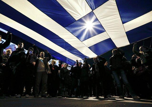 Des Grecs brandissent leur drapeau national