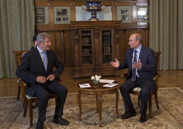 Philippe de Villiers (à gauche) et Vladimir Poutine