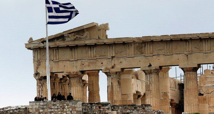 Un drapeau grec devant le Parthénon