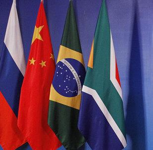 Les drapeaux des pays-participants de BRIСS