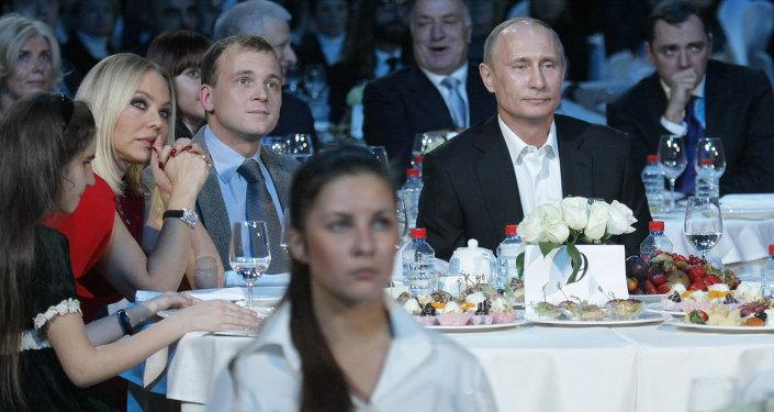 Ornella Muti lors d'un dîner caritatif avec Vladimir Poutine à Saint-Pétersbourg le 10 décembre 2010